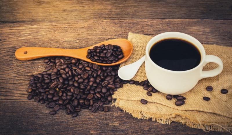 Черный кофе и зерна